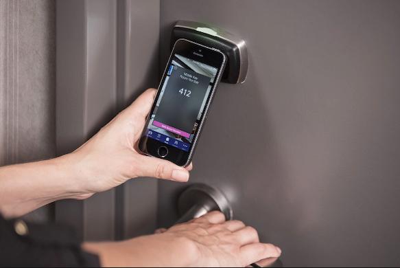 phone-opening-hotel-door